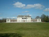 Castle Coole - By Andrew Humphreys - English Wikipedia en%3AImage%3ACastle Coole Frontage.JPG%2C CC BY-SA 2.5%2C https%3A%2F%2Fcommons.wikimedia.org%2Fw%2Findex.php%3Fcurid%3D4427727